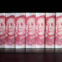 As yuan weakens,Chinese stock investors seek safety in Hong Kong